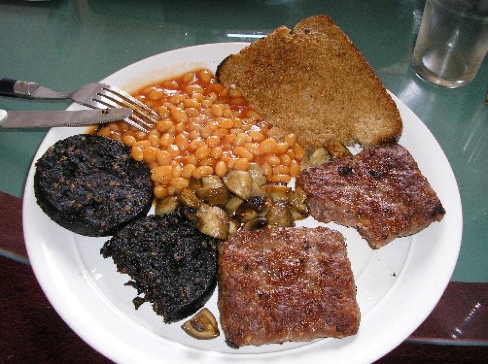 写真=イギリスの伝統的な朝食「フル・ブレックファスト」(Wikipediaより)