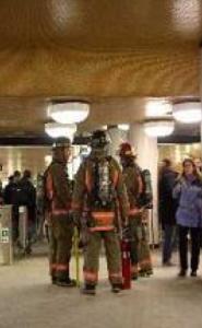 写真=「犯人」がドリアンと判明直後の消防士の様子