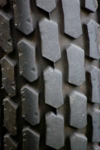 写真=縄文が特徴的なタイヤ