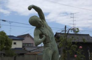 写真=体操する少年(腋が痒いわけではない)