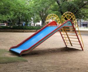 写真=園内の遊具はすべて「大人サイズ」だ